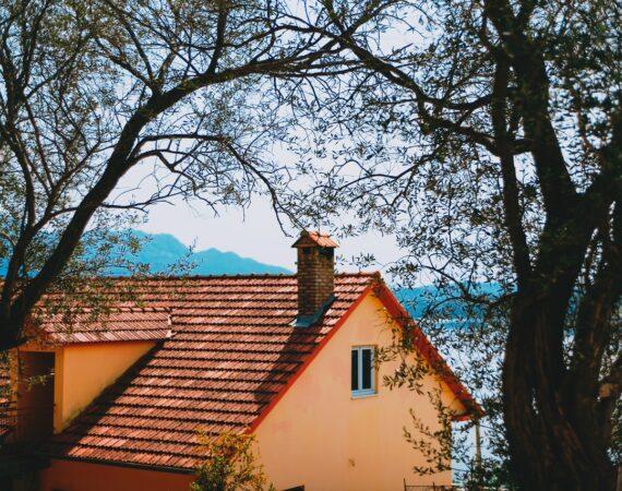 Lille orange hus med rødt tag