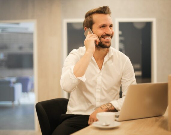 Mand ringer i telefon