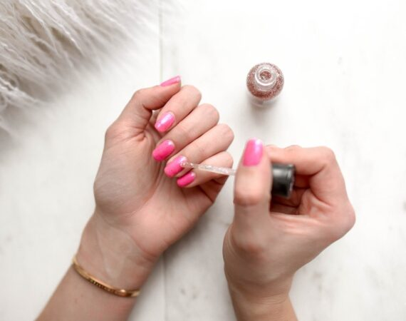 Person maler sine negle med neglelak