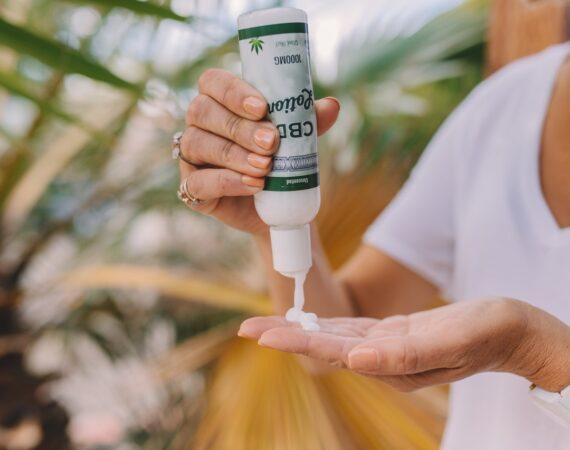 Person bruger cbd olie på sine hænder