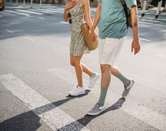 To personer går i sommertøj