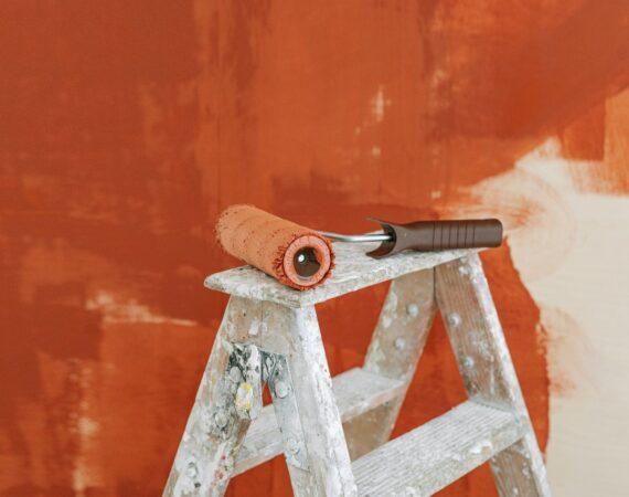 Væg er halvt malet orange