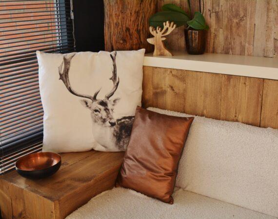 Sofa med brunt tema og puder